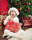 儿童圣诞节前面礼品结构树 免版税库存照片