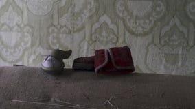 儿童在一个长沙发的大小鞋子在被放弃的公寓在切尔诺贝利,Pripyat,乌克兰中 股票录像