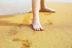 儿童在海的沙子的` s脚 免版税库存照片
