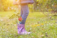 儿童在胶靴的` s脚 免版税图库摄影