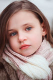 儿童在舒适温暖的室外冬天步行的女孩画象 免版税库存图片