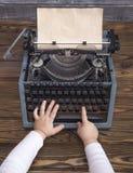 儿童在葡萄酒打字机的` s手有干净的 库存照片