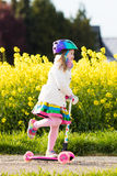 儿童在途中的骑马schooter对学校 免版税库存照片