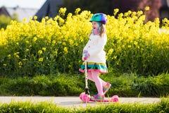 儿童在途中的骑马schooter对学校 图库摄影