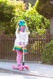 儿童在途中的骑马schooter对学校 库存照片