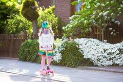 儿童在途中的骑马schooter对学校 免版税库存图片