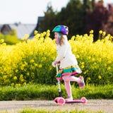 儿童在途中的骑马schooter对学校 免版税图库摄影