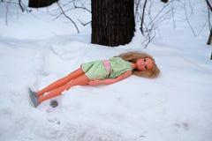 儿童在雪的` s玩偶 失去的玩具 免版税库存图片