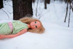 儿童在雪的` s玩偶 失去的玩具 库存图片