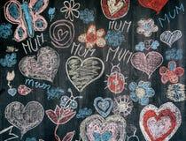 儿童在黑黑板的粉笔画有对母亲的congrats的 免版税库存图片