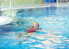 儿童游泳仰泳 免版税库存图片