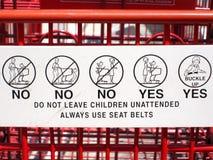 儿童在购物车的安全指令 免版税库存照片