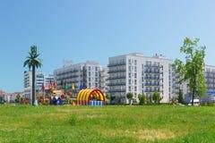 儿童在imeretinskiy旅馆附近的` s操场 多孔的通信天线装饰在棕榈树下 库存图片
