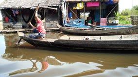 儿童在Tonle Sap湖,柬埔寨的划艇 免版税图库摄影
