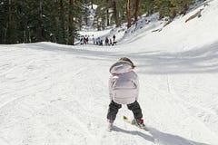 儿童坡道滑雪 免版税库存图片