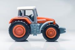 儿童塑料玩具拖拉机 免版税库存图片