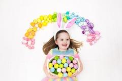 儿童复活节彩蛋搜索 淡色彩虹鸡蛋 免版税库存图片
