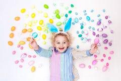 儿童复活节彩蛋搜索 淡色彩虹鸡蛋 免版税库存照片