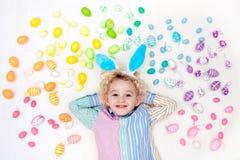 儿童复活节彩蛋搜索 淡色彩虹鸡蛋 免版税图库摄影