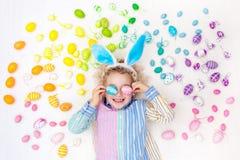 儿童复活节彩蛋搜索 淡色彩虹鸡蛋 库存照片
