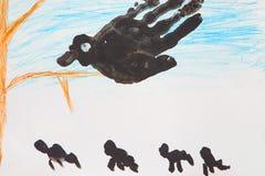 儿童大黑鸟` s图画在树的 免版税库存图片