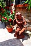 儿童天使的雕象在庭院里 库存照片