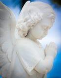 儿童天使雕象有天空背景 免版税库存照片