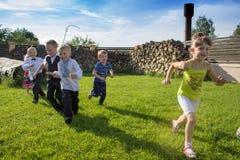 儿童奔跑 免版税库存图片