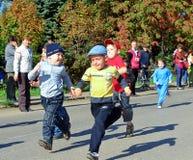儿童奔跑 库存照片