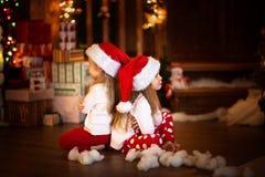 儿童女孩互相被触犯,概念圣诞节和新 库存图片
