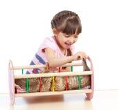 儿童女孩使用与小猫作为有婴孩的母亲 免版税库存图片