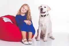 儿童女孩和在白色隔绝的拉布拉多狗 库存照片