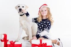 儿童女孩和狗与礼物盒 免版税库存照片