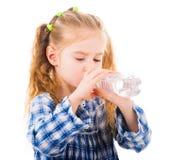 儿童女孩喝从瓶的矿泉水 图库摄影
