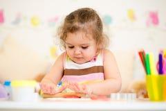 儿童女孩图画和做用人工 免版税图库摄影