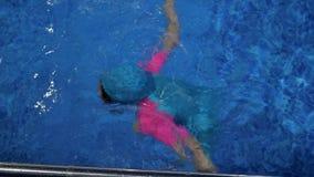 儿童女孩在游泳场潜水在水面下 影视素材