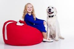 儿童女孩在白色隔绝的她的狗 免版税库存照片