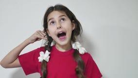 儿童女孩姿态告诉我户内 一个女孩孩子陈列的画象告诉我标志 股票录像