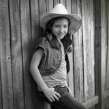 儿童女孩当摆在木篱芭的孩子女牛仔 免版税库存图片