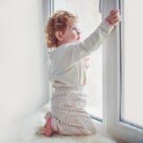 儿童女孩打开窗口 图库摄影