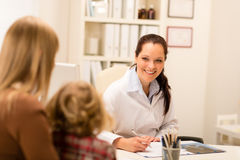 儿童女孩母亲办公室儿科医生访问 图库摄影