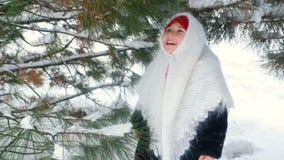 儿童女孩的画象一个头巾的在雪和森林背景的乌尔斯样式  股票录像