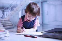 儿童女孩艺术家设计师幽默画象画铅笔s 库存照片