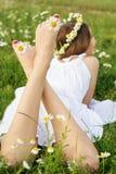 儿童女孩Feets有春黄菊的 库存照片