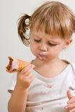 儿童奶油色吃冰 库存图片