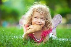 儿童奶油色吃冰 免版税库存照片