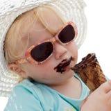 儿童奶油色吃冰 免版税图库摄影