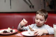 儿童奶油色吃冰 免版税库存图片