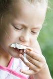 儿童奶油色吃女孩冰 库存图片