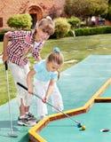 儿童子项打高尔夫球plaing的高尔夫球运&#2 免版税库存图片